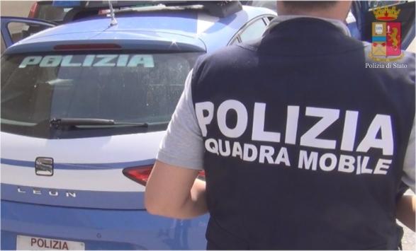Teramo, violenza sui genitori: giovane cerca di sfuggire ai poliziotti, arrestato