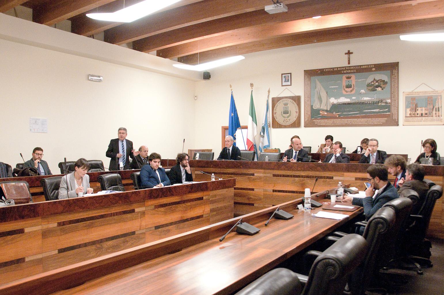 Roseto, approvato il bilancio e le variazioni al preventivo 2017/2019: fondi alle scuole per sicurezza, refezione e trasporto