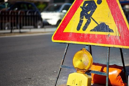 Asfalto, marciapiedi e arredo: parte la riqualificazione di via Benedetto Croce
