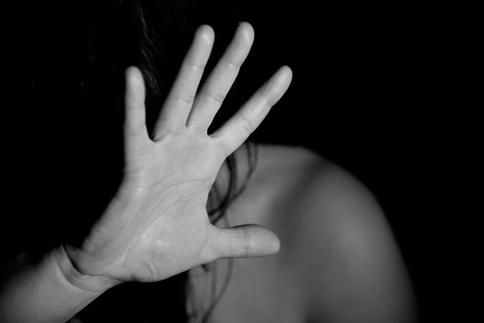 Violenza su una donna, divieto di avvicinamento per un 41enne aquilano