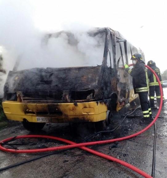 Scuolabus prende fuoco a Torricella Sicura, bambini in salvo