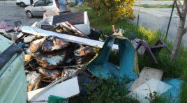 Rifiuti abbandonati in strada: ennesimo episodio di inciviltà in via Rimini