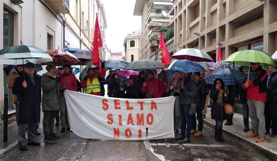 Salviamo la Selta: striscione dei lavoratori alla partenza del Giro D'Italia