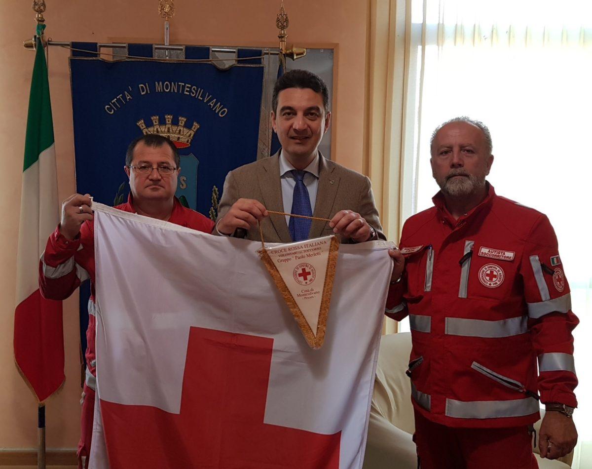 Giornata mondiale Croce Rossa, l'unità territoriale di Montesilvano consegna la bandiera al sindaco