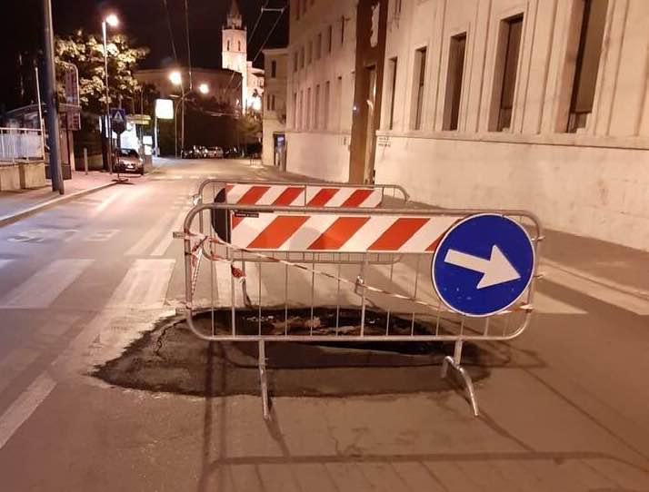 Si riapre la voragine in via Herio: nuove disposizioni per il transito nell'area