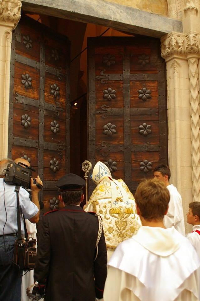 Atri, solenne rito dell'apertura della Porta Santa della Basilica di Santa Maria Assunta