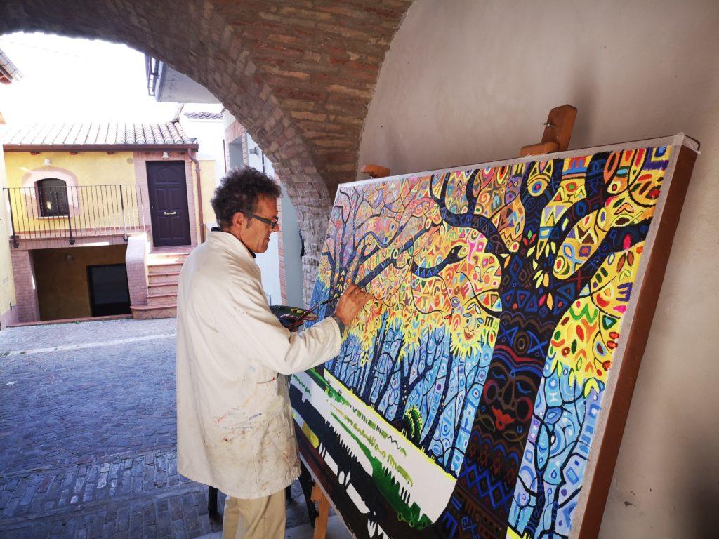 L'artista Callisto Di Nardo a lavoro nel museo all'aperto di Casoli Pinta
