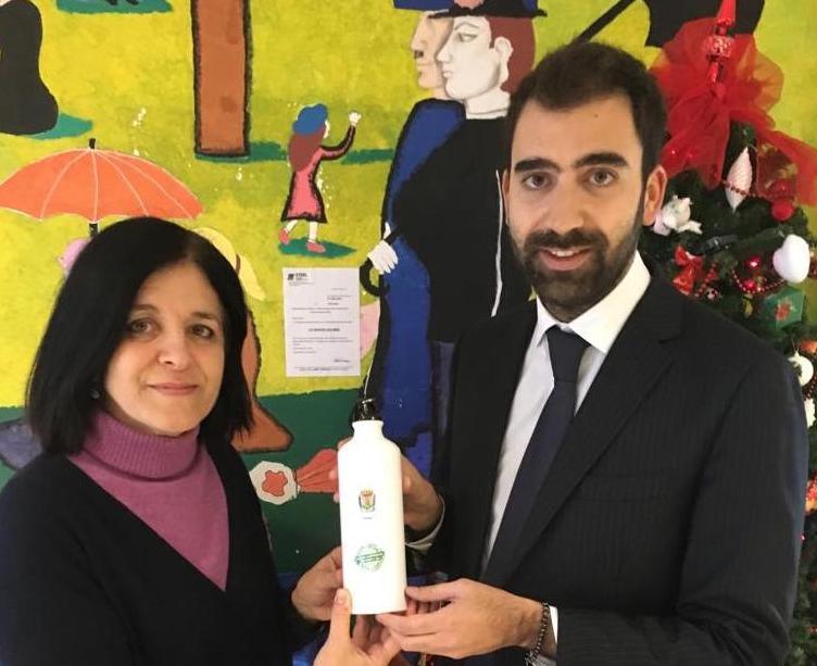 Scuole plastic free: il sindaco Agostinelli dona borracce a studenti