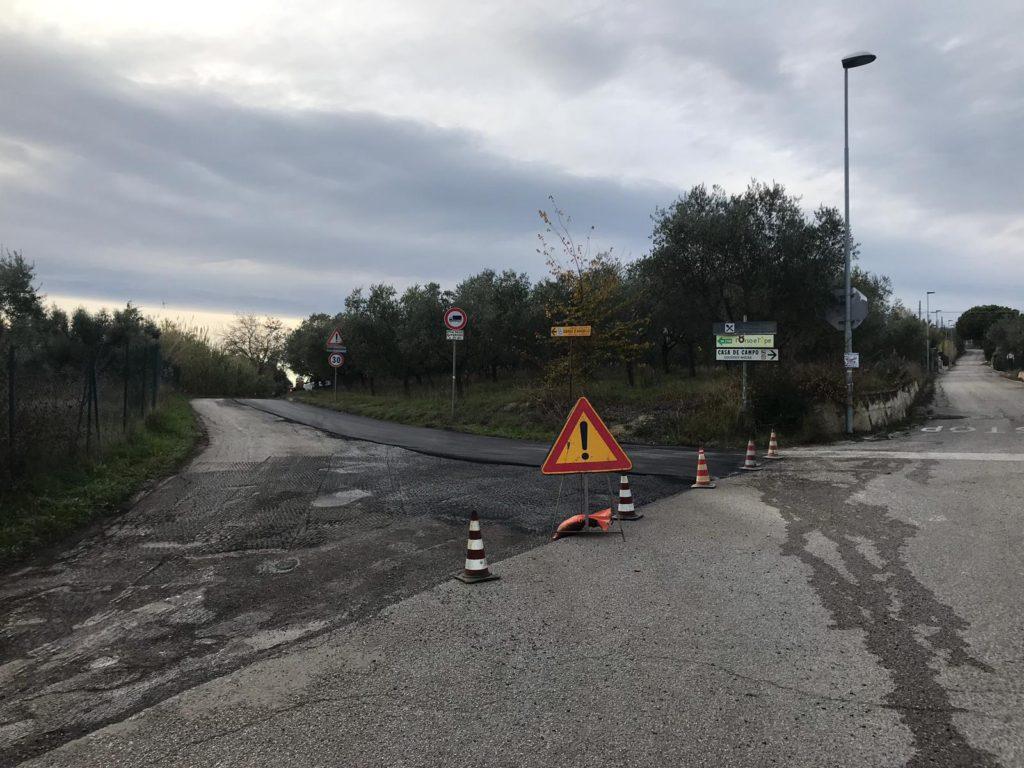 Piano asfalti. Operai al lavoro su via Colle San Massimo