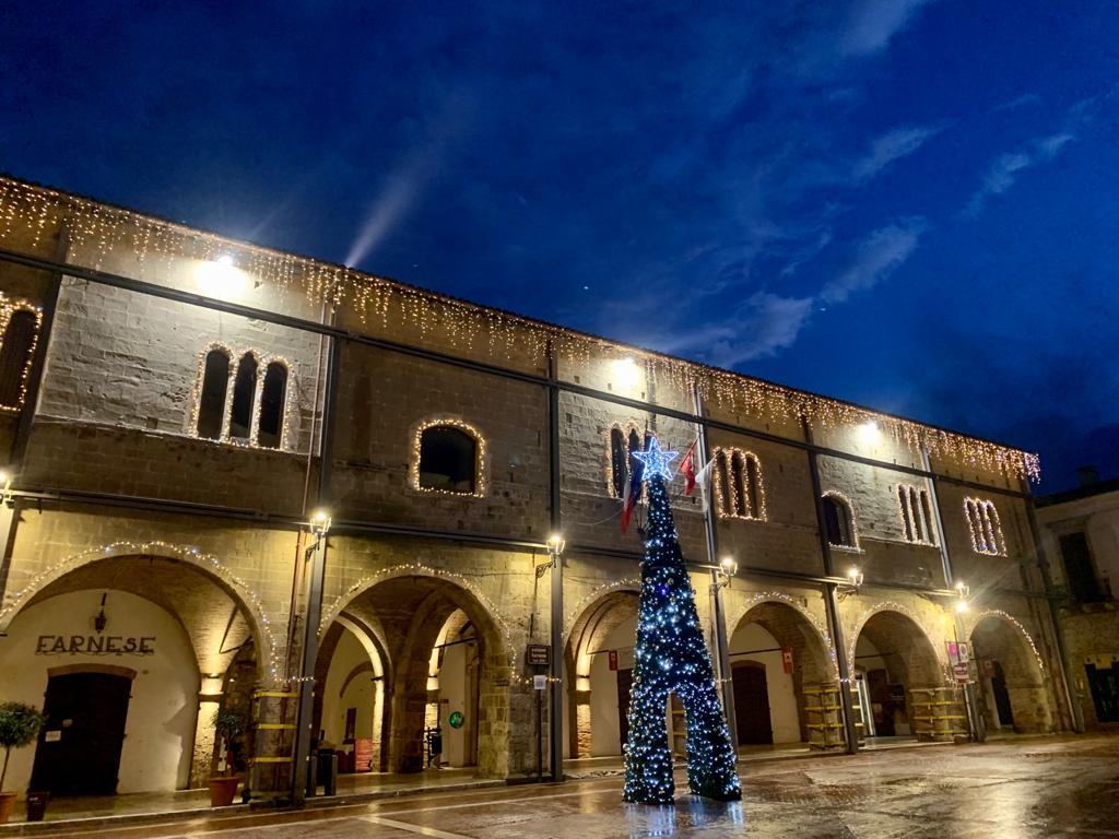 Campli, accesi l'albero di Natale e le luminarie in centro storico