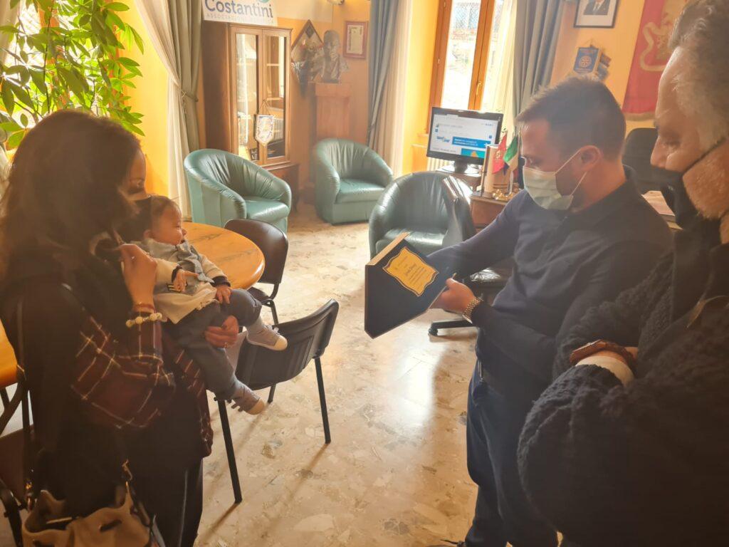 Giulianova, il sindaco incontra il piccolo Leonida: il primo bimbo nato in Abruzzo del 2021
