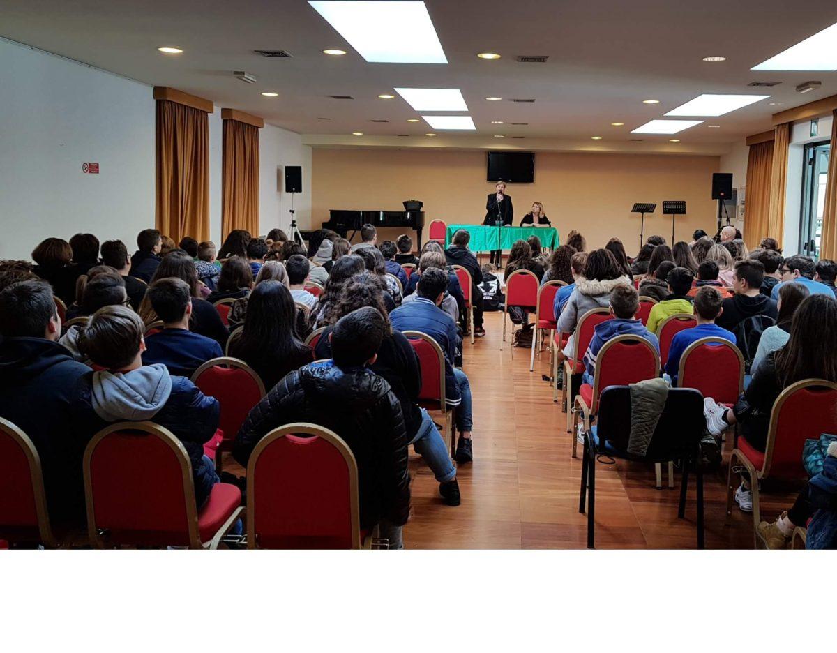 Gli studenti della media Silone incontrano la garante dei diritti dell'infanzia