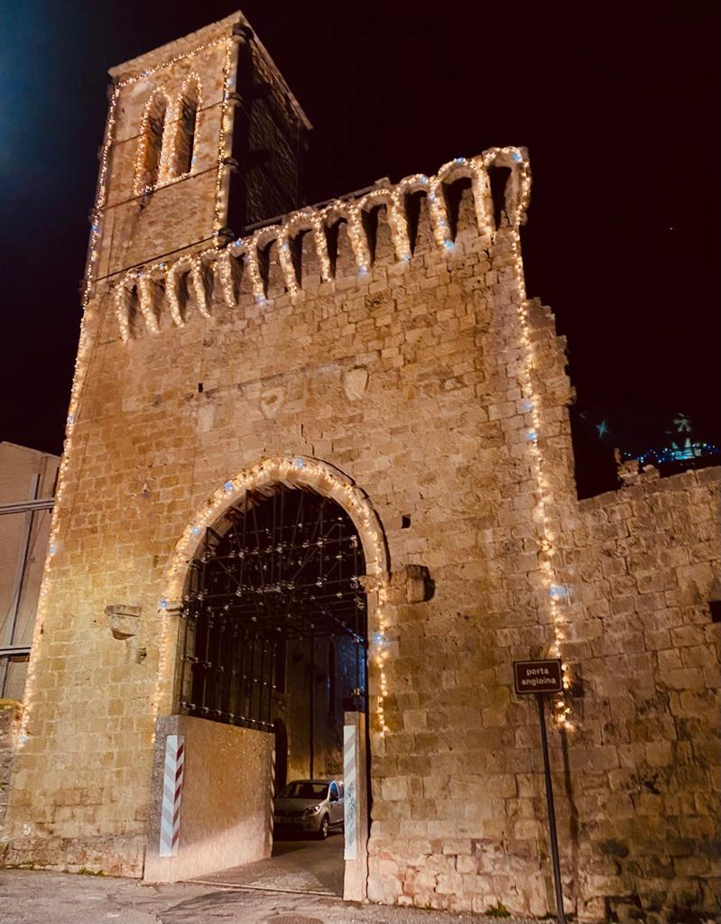 Campli, si illumina per le feste natalizie la porta Angioina