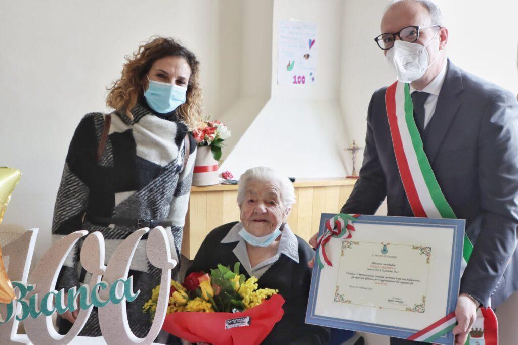 Pineto, Bianca Cardarelli compie 100 anni. Sindaco consegna pergamena