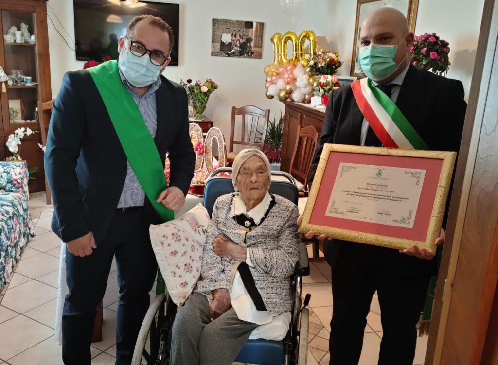 Pineto, Pasqua Ravicini compie 100 anni. Consegnata una pergamena
