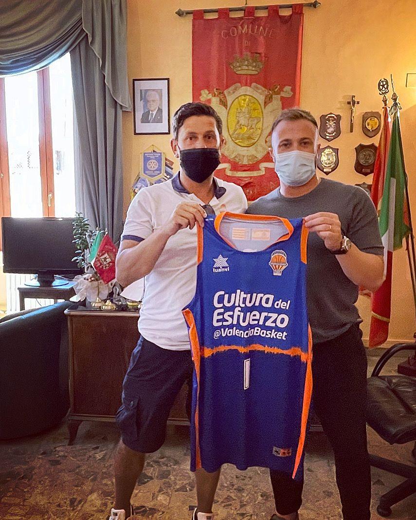 Giulianova, l'allenatore del Valencia Basket Alessandro Di Pasquale incontra il sindaco