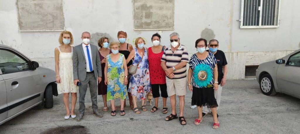 Via Rigopiano, rifiuti dai balconi e allacci abusivi alle utenze. L'appello di Pettinari