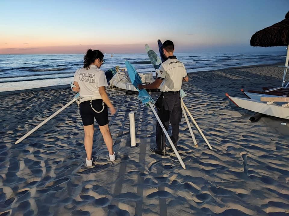 Tortoreto, rimossi 115 ombrelloni e 65 sedie lasciati nelle spiagge libere